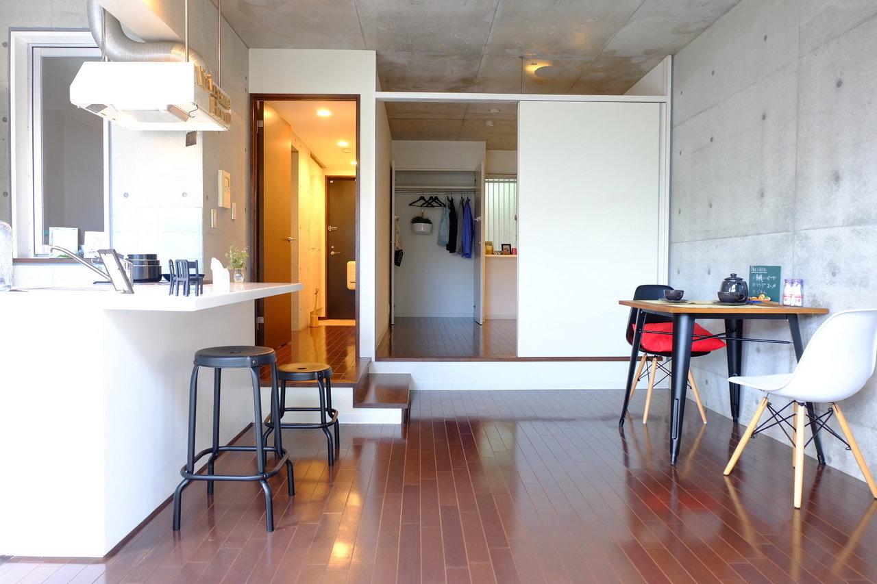 コンクリート造の壁ですが、なんだか温かみを感じる。こんなお部屋、いかがでしょう。