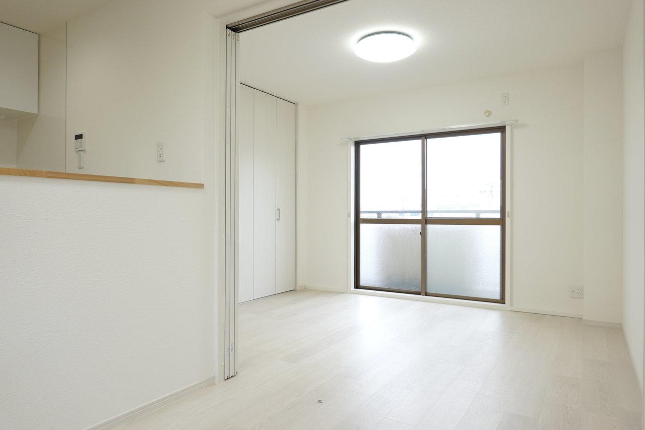 縦に長い、2LDKのお部屋。たっぷりと荷物がしまえる壁一面の収納スペースのある洋室が2部屋。さらに両側にバルコニーが2つあるという、ちょっと変わった間取りのお部屋です。