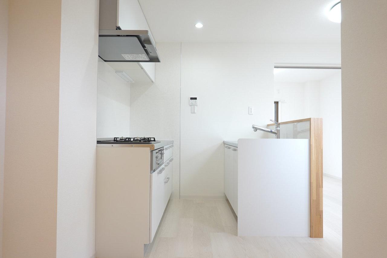 さてさてキッチンは、シンクとコンロが2つに分かれているセパレートタイプ。どちらも収納スペースが豊富です。
