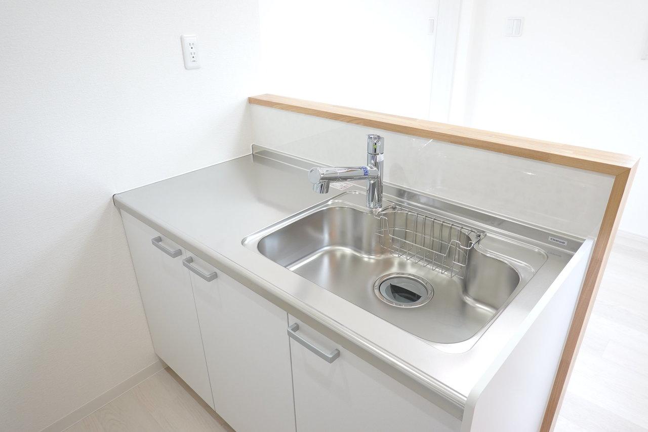 そしてシンク側。シンクの広さも十分!さらにコンセントもついているので、食洗器も置けそうです。家族みんなの使った食器は、そこに放り込んで時短家事といきましょう。
