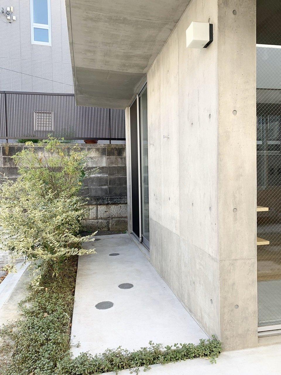 玄関脇にはちょっとしたベランダスペースが。自転車を置いたり、植物を置いたりしてみてもいいですね。