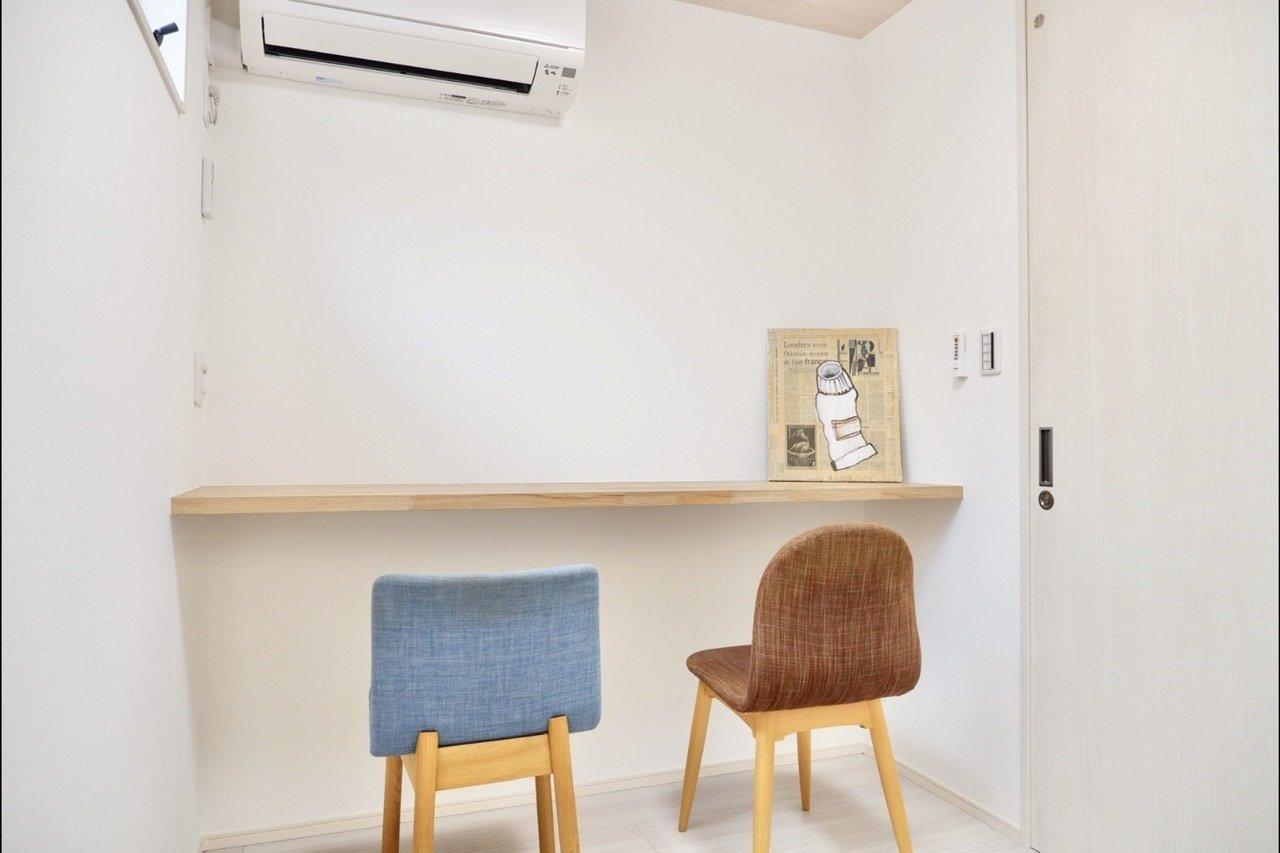 備え付けの棚もありました。椅子を置いたら、テレワークをするための場所を確保できますね。少し都心から離れて仕事をしたい方にはぴったりです。