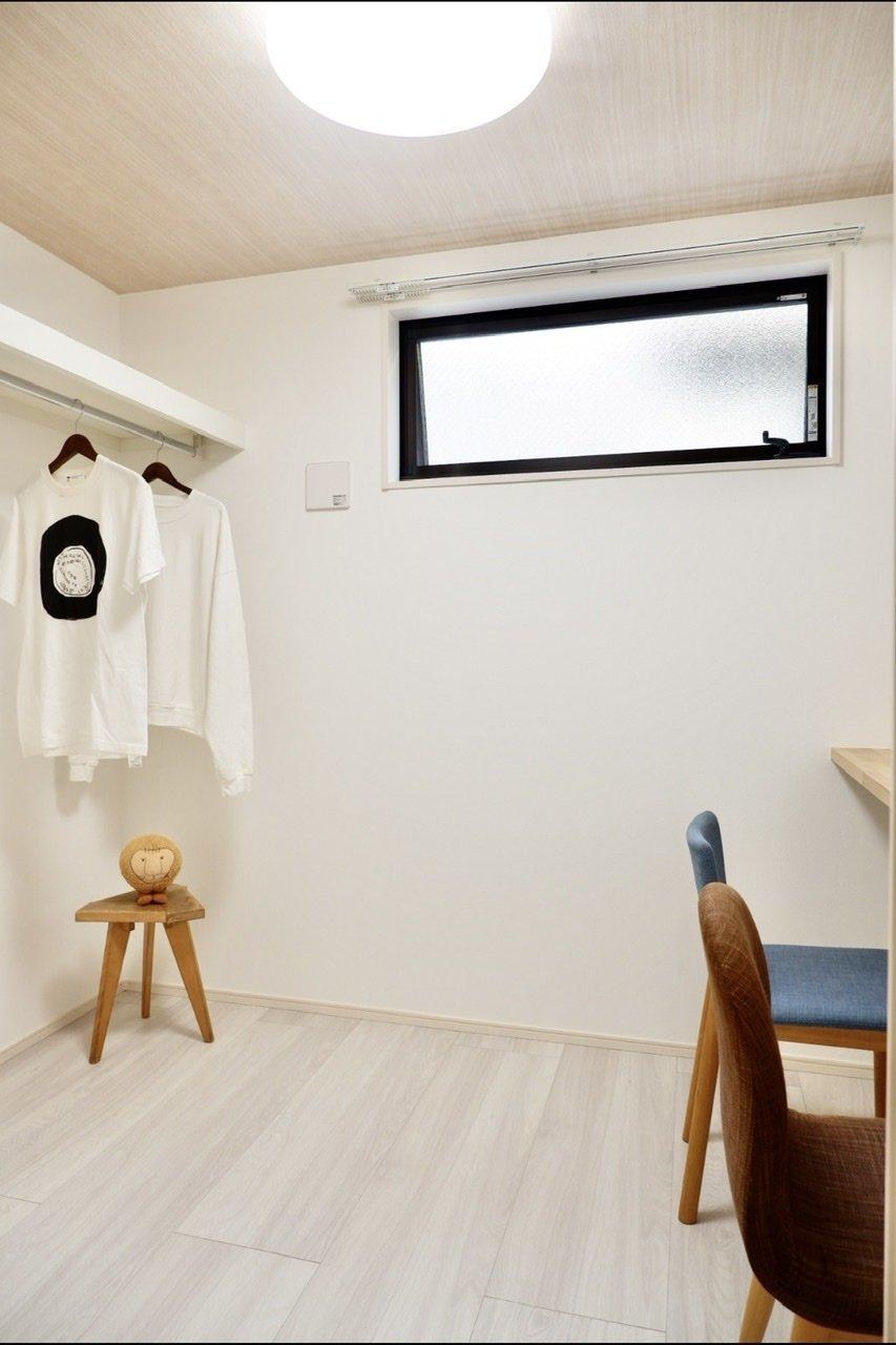 1階はクロークと一体となった洋室。