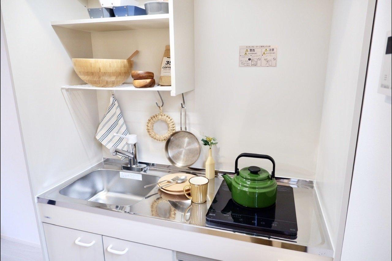 キッチンはコンパクトですが、作業スペースや収納スペースもあるので料理はできそう。好きな雑貨を飾ってアレンジしてみてください。