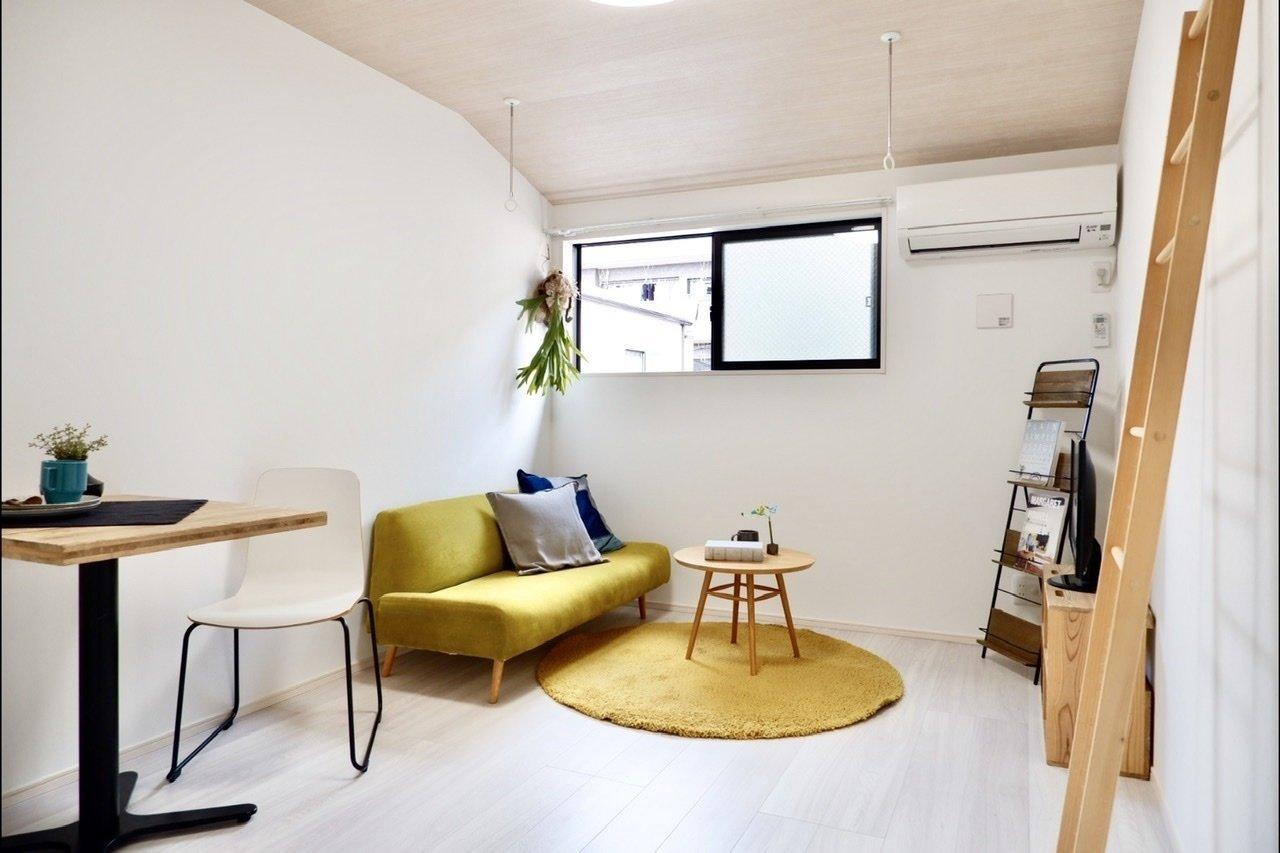 こちらはメゾネットタイプのお部屋で、1階に水回りと洋室、2階がリビングとキッチン、という間取りになっています。7.6畳あるので小さなダイニングテーブルやソファも置くことができますよ。