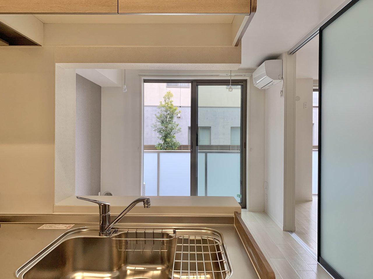 キッチンに立って洗い物をしながら、通り抜ける江ノ電を眺めて。少し早起きしたら朝から長谷寺へ。ここではそんな暮らしができそうです。