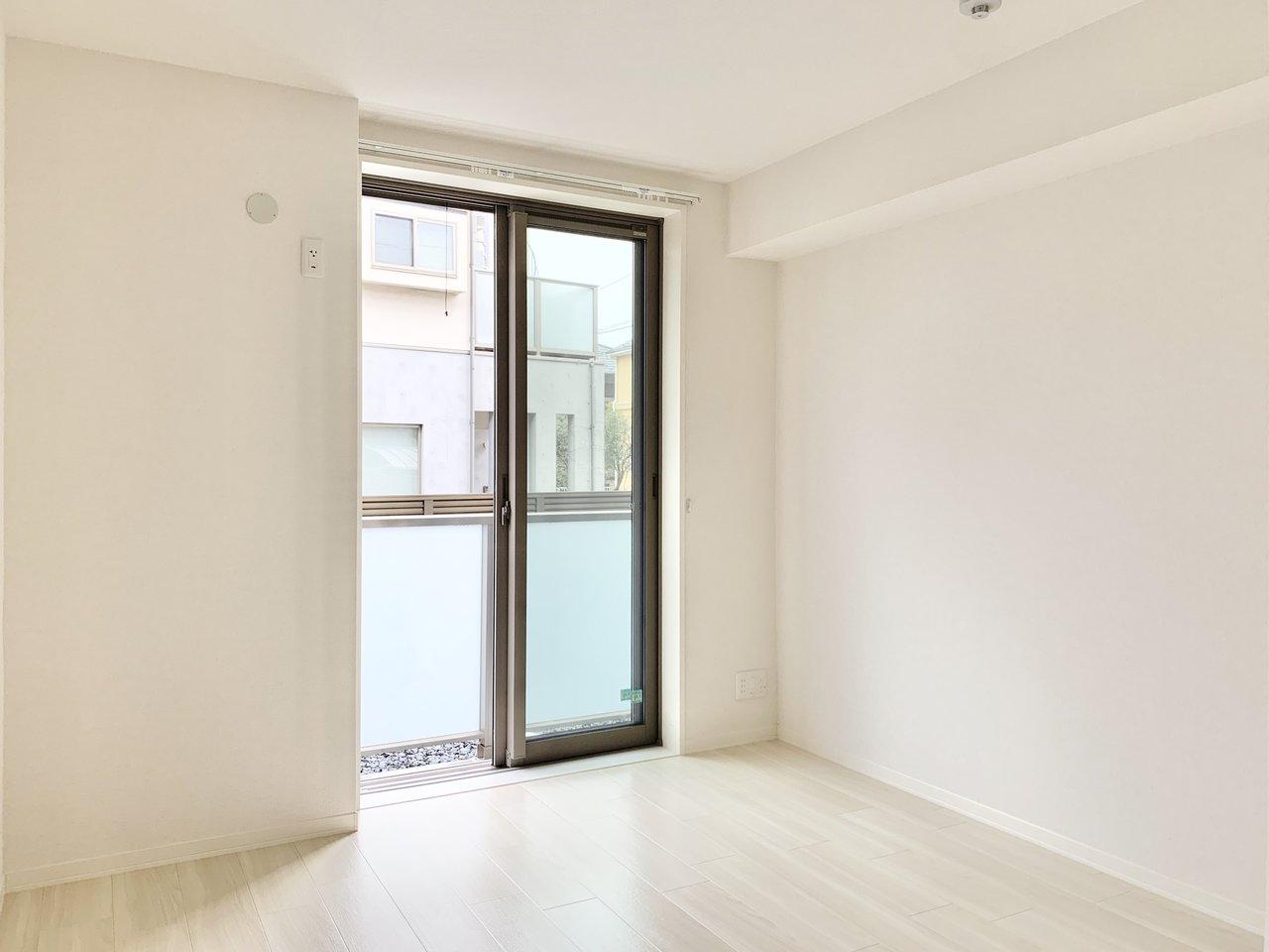 こちらは寝室。シンプルな内装ですが、広さは十分。リビングと寝室にそれぞれバルコニーもついています。