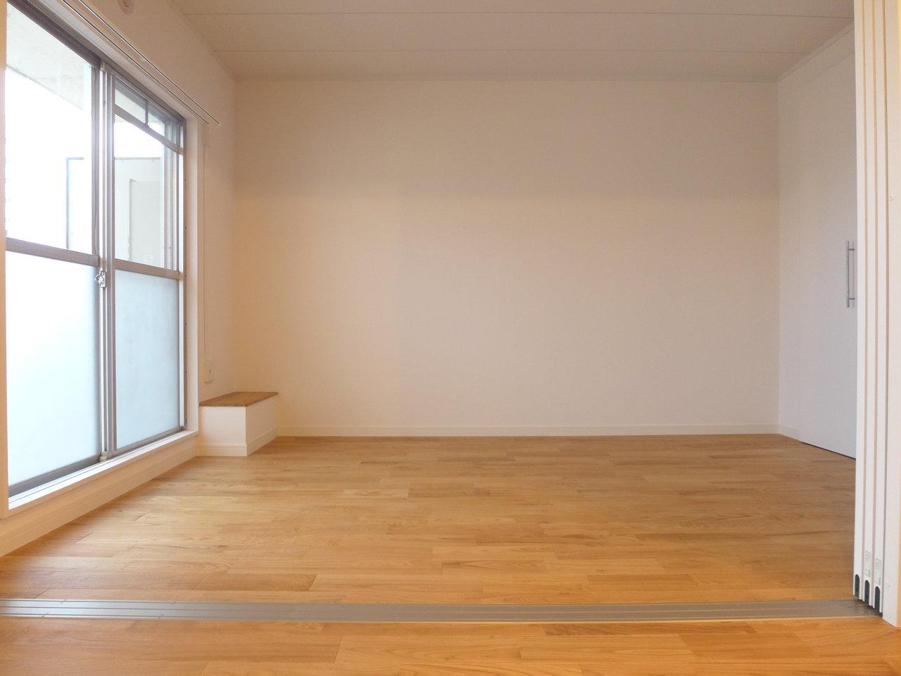 リビングとつながったところにある洋室は、仕切ることも開け放しておくこともできますよ。無垢材の床も温かみがあっていいですよね。