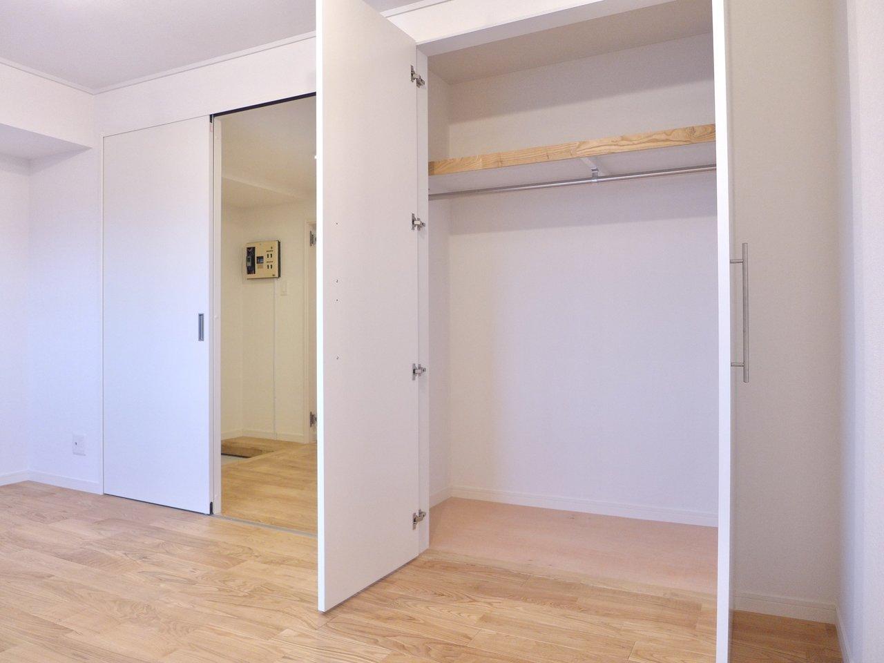 もう一つの洋室は6.7畳。奥行きも高さもあるクローゼットもありました。こちらは寝室ですかね。二人暮らしでも、ファミリーでも。様々な暮らし方に対応できるお部屋です。