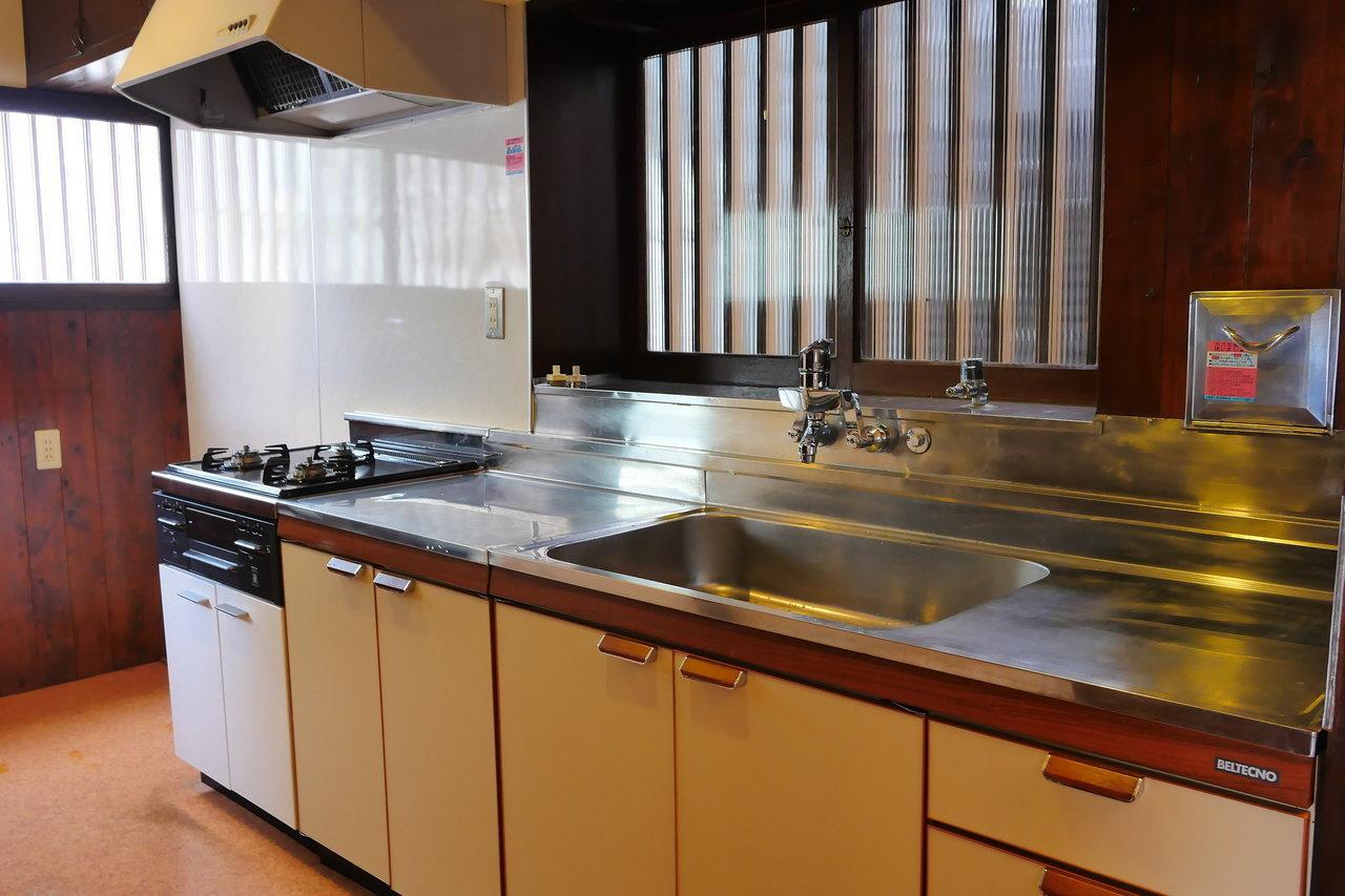 台所が大きめなのも、サークルの合宿所みたい。昼前になったら誰かがここで用意をして、お昼になったら他のスタッフを呼ぶ。最初のメニューは、カレーなんてどうでしょう。