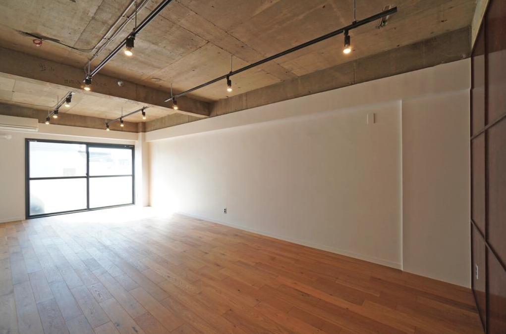 会社というより事務所と言いたい、そんな雰囲気。家具は白か木製で統一して、各々のデスクまわりの家具にもこだわりたいものです。