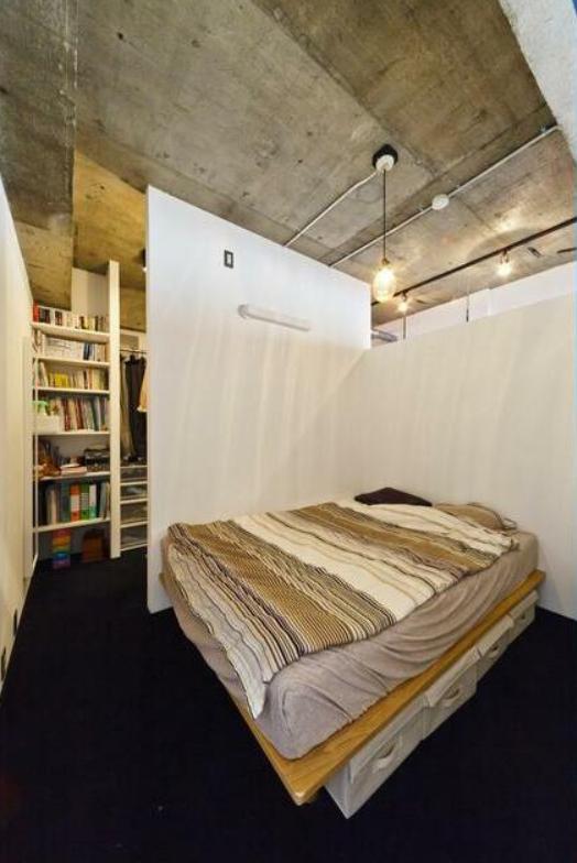 ウォークインクローゼット付の個室は、ソファと机を置いて打ち合わせスペースとして使うのが良さそうです。その際クローゼットは、物置に。住居として使うなら、ベッドを置くのに使うのが良さそうですね。