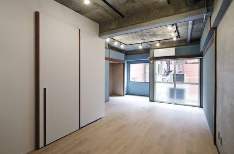 事業を立ち上げる、と言ってもまだまだ準備段階。くつろげるけど作業もできる、そんな場所が欲しいならこんな部屋でしょうか。