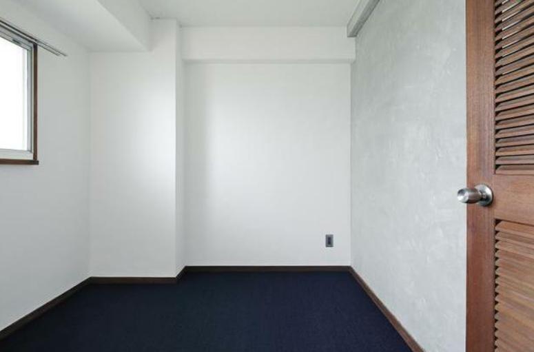 一部屋ある個室は、打ち合わせスペースにも、物置にも。寝袋を置いてもよさそうです。