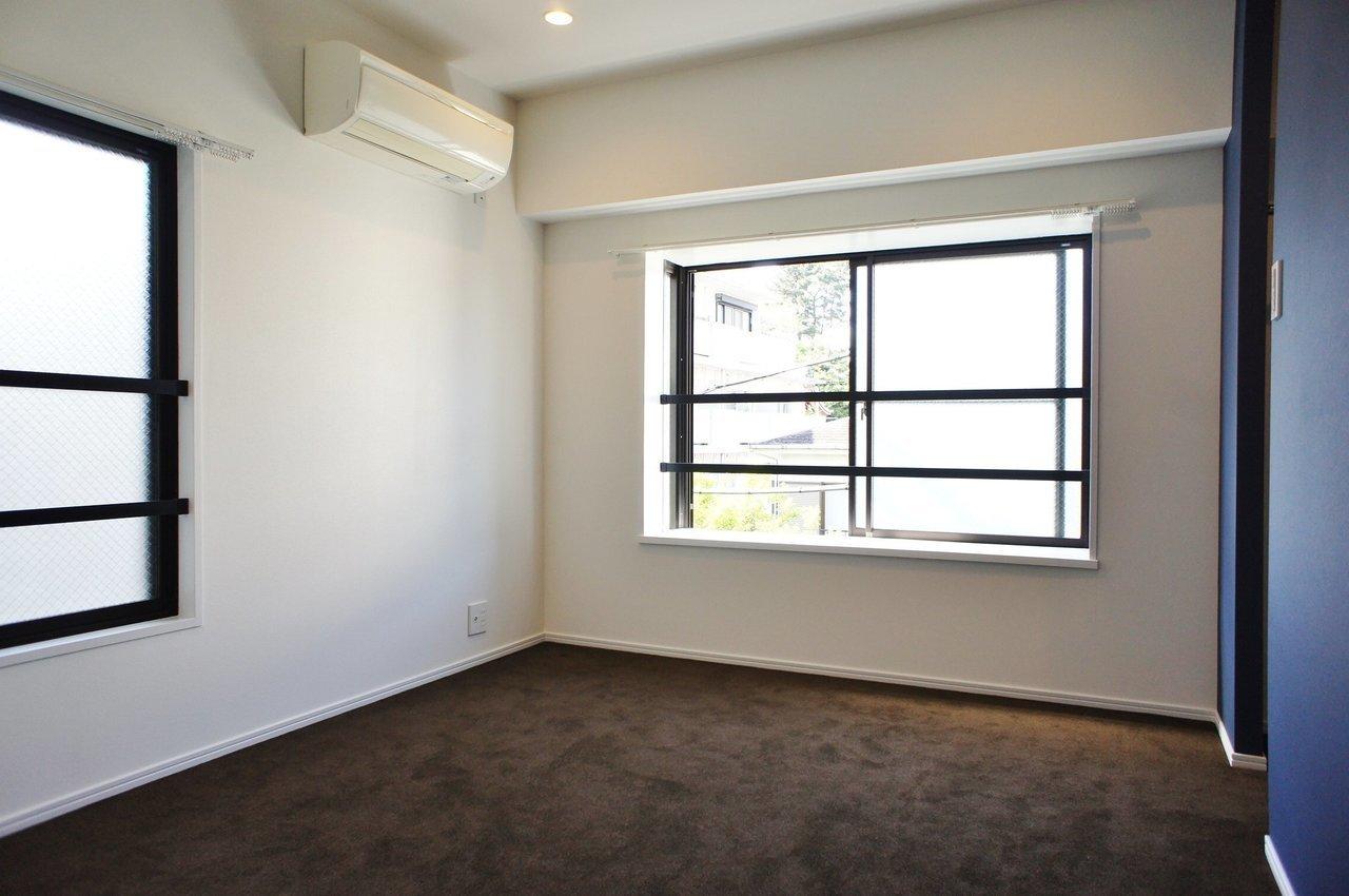 奥の個室は社長が一人で考え事をする部屋に。基本的には、みんなと一緒のところで、小さな机と椅子で仕事をしている感じが良さそう。