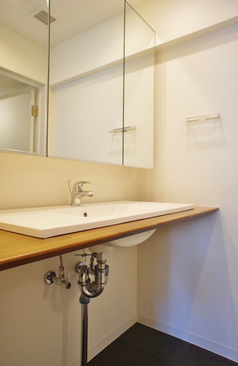 お風呂や洗面台もあるけど、社長に「住まないでね」と釘を差されているから、お風呂は使わないのがベターかな。水回りもきれいにリノベーションされています。