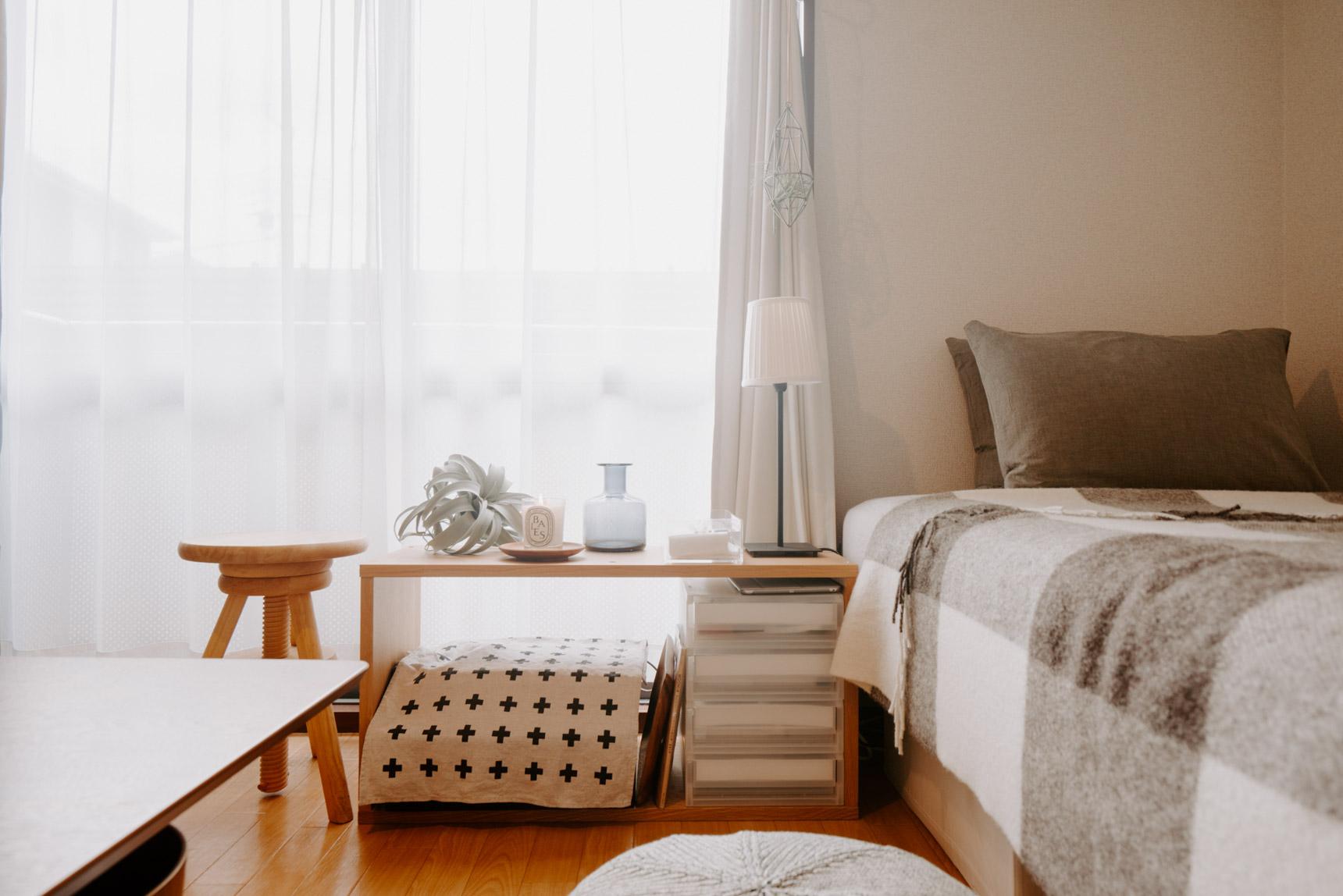 6畳ほどの1Kのお部屋。ベッドサイドテーブルにニトリの「エアープランツ」を置いています。