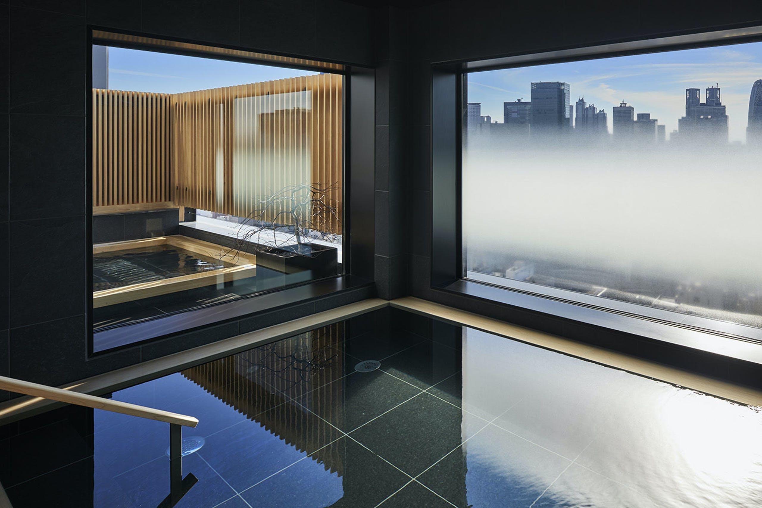 都心にありながら、箱根の源泉を運ぶ露天風呂が楽しめる「由縁」(東京・新宿)
