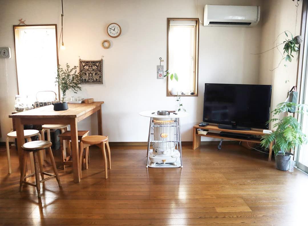 木の家具で統一された、落ち着きある雰囲気のLDK。こちらから見て左手にキッチンがあります。