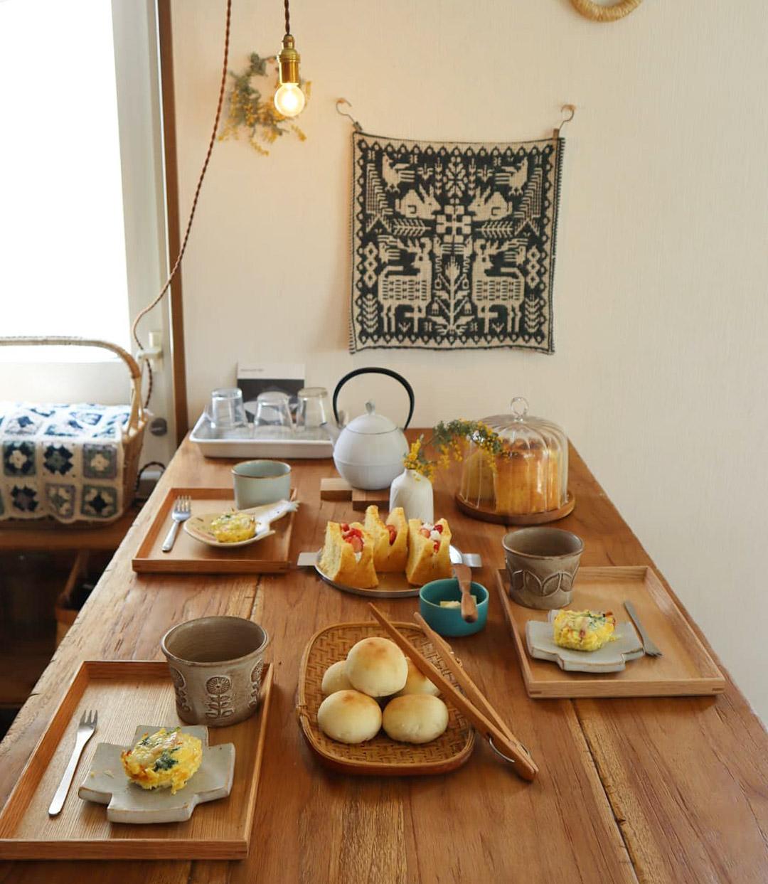 ダイニングテーブル横の壁に飾られている織物は、大宮のヨーロッパ雑貨店「rytas(リータス)」で購入したもの。器も、こだわって選ばれています。