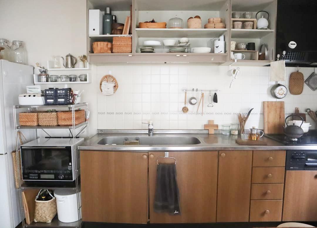 キッチンの吊り戸棚もこの通り。外せる扉は外してしまって、お気に入りの器がいつでも目に入るようにしています。