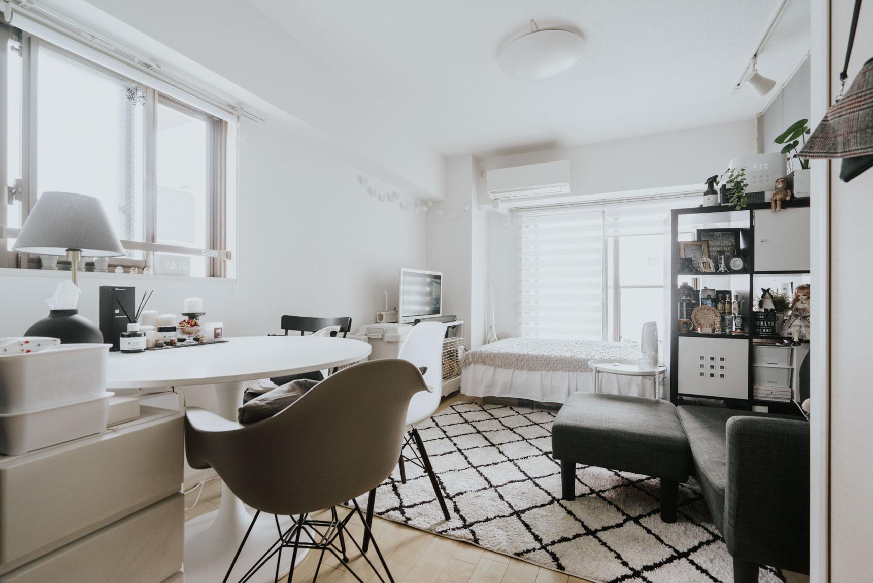 少し広めの1Kの間取りに住む方の事例。部屋全体をモノトーン統一しているため、クールに見えますが、椅子やテーブル、デスクランプなどインテリアのフォルムが丸みを帯びていて柔らかい印象も受けます。