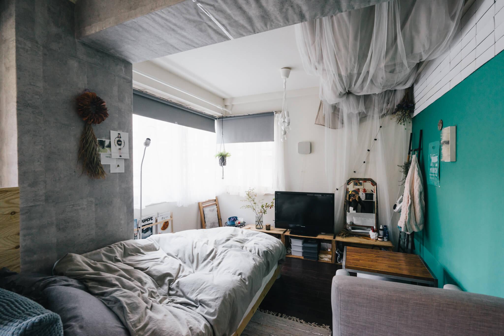 壁だけでなく、天井から吊るされた布に至るまで、グレーのアイテムをふんだんに使ったお部屋。