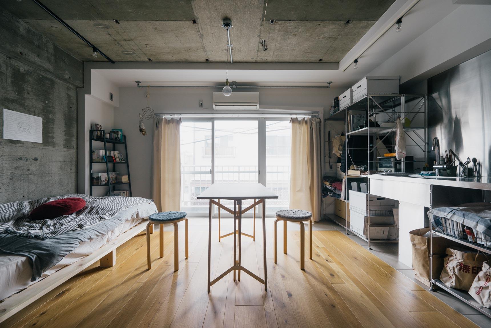 コンクリート打ちっぱなしの壁と、木の材質の床、というなかなか見ないお部屋のタイプに住んでいる方の事例です。