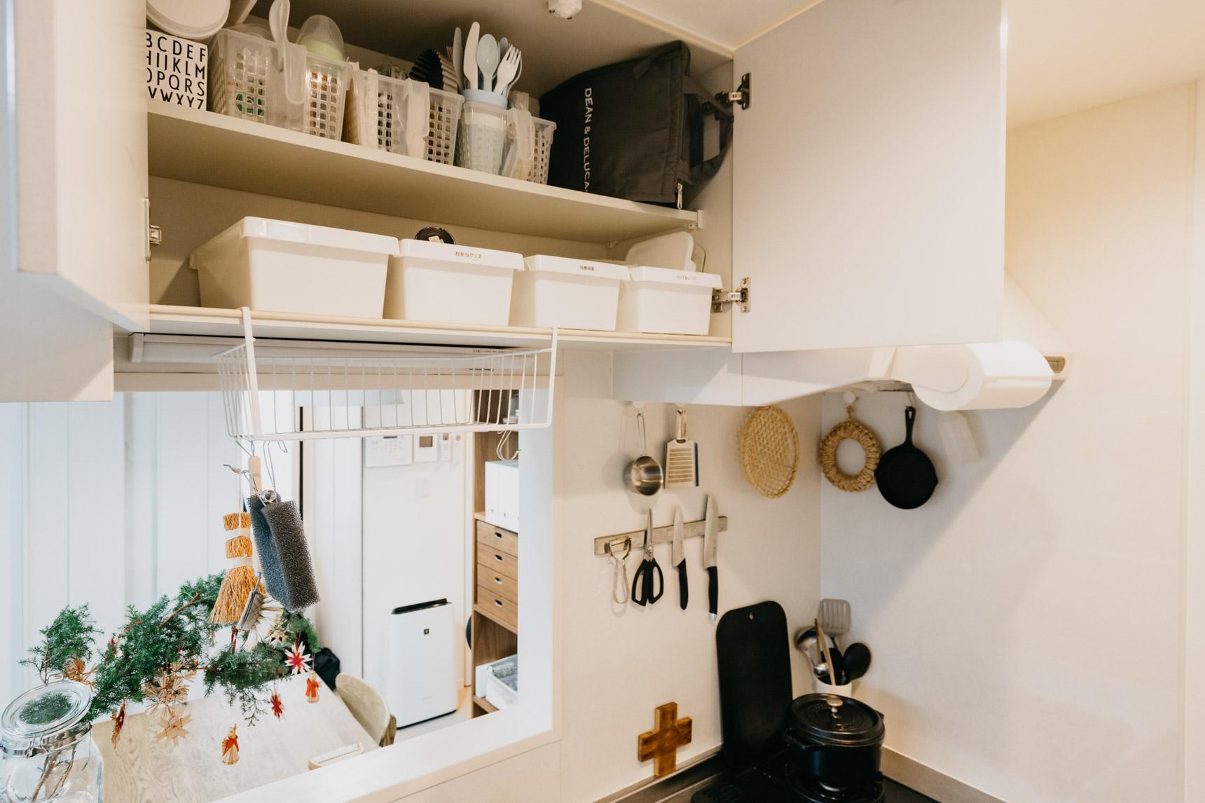 吊り戸棚には陶器・ガラス類はおかず、軽い食器や食品ストックだけが原則(このお部屋はこちら)