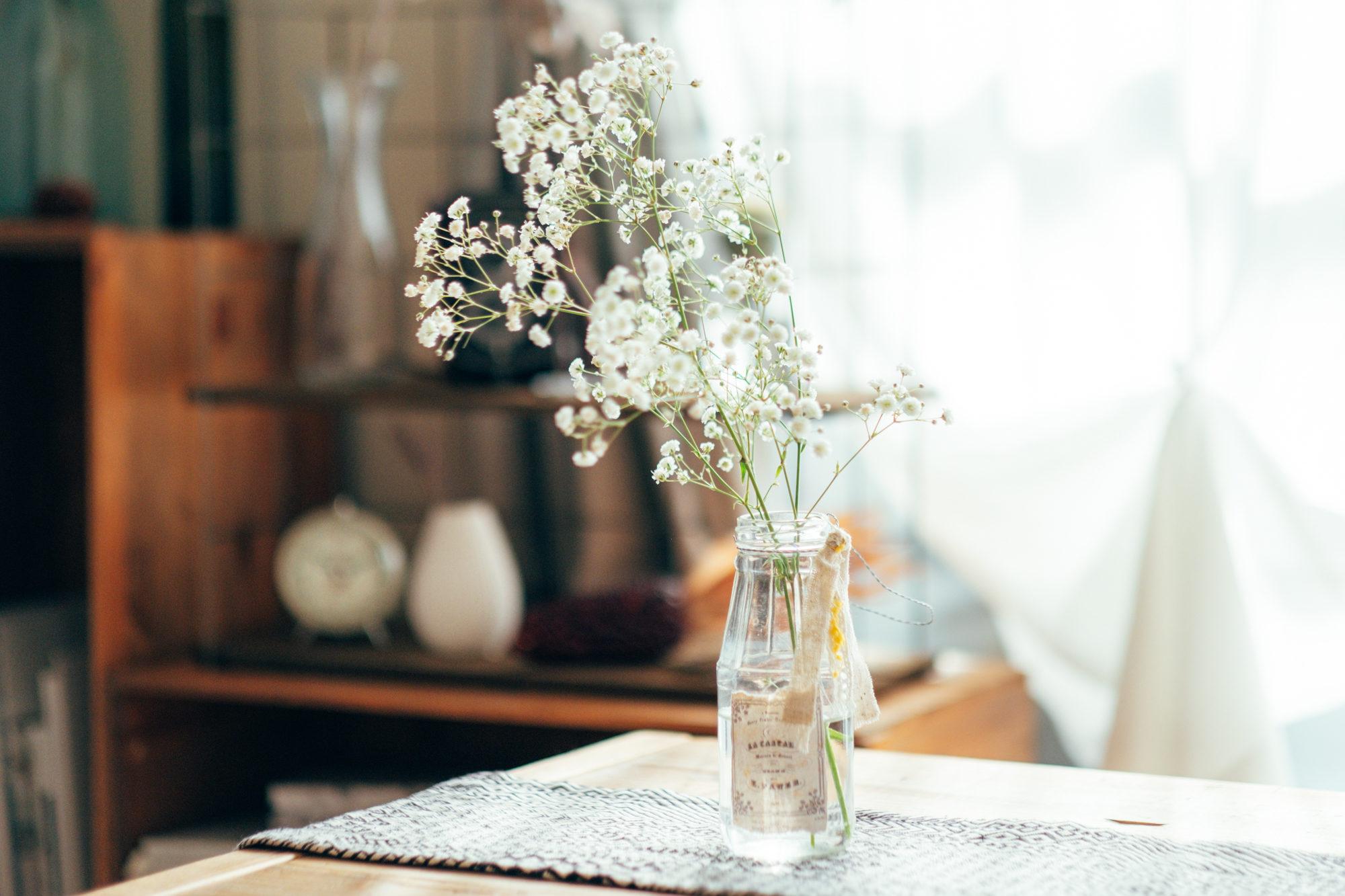 部屋のカラーは落ち着いた空間にしたいという思いもあり、グレー、ブラウン、ベージュで揃えるようにしています。そこにお花などの植物を差し色として加えています。