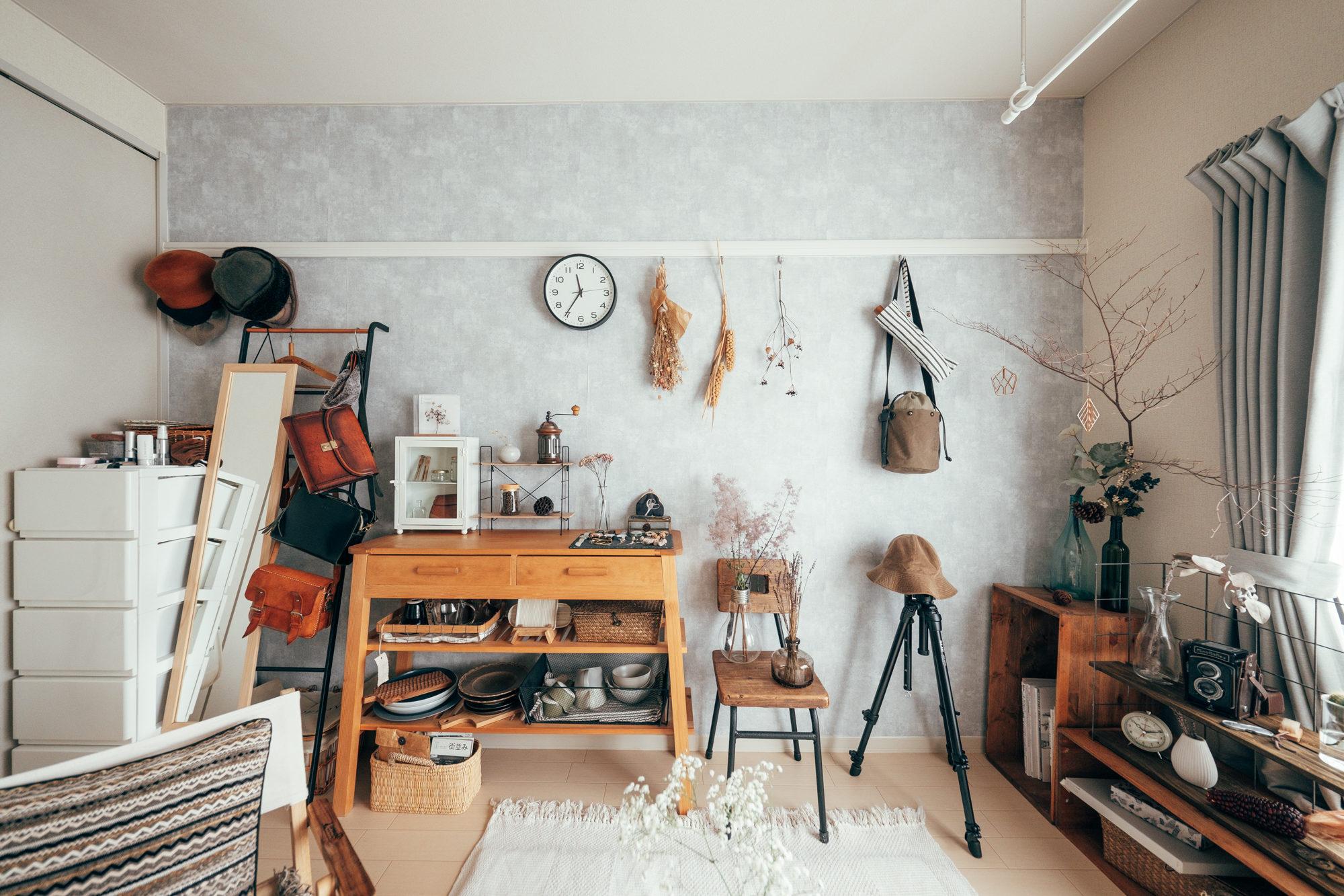 グレーの壁はMinamiさんが住み始めてから、ご自身が張り替えたものなんだとか、部屋に落ち着いた印象を与えています。