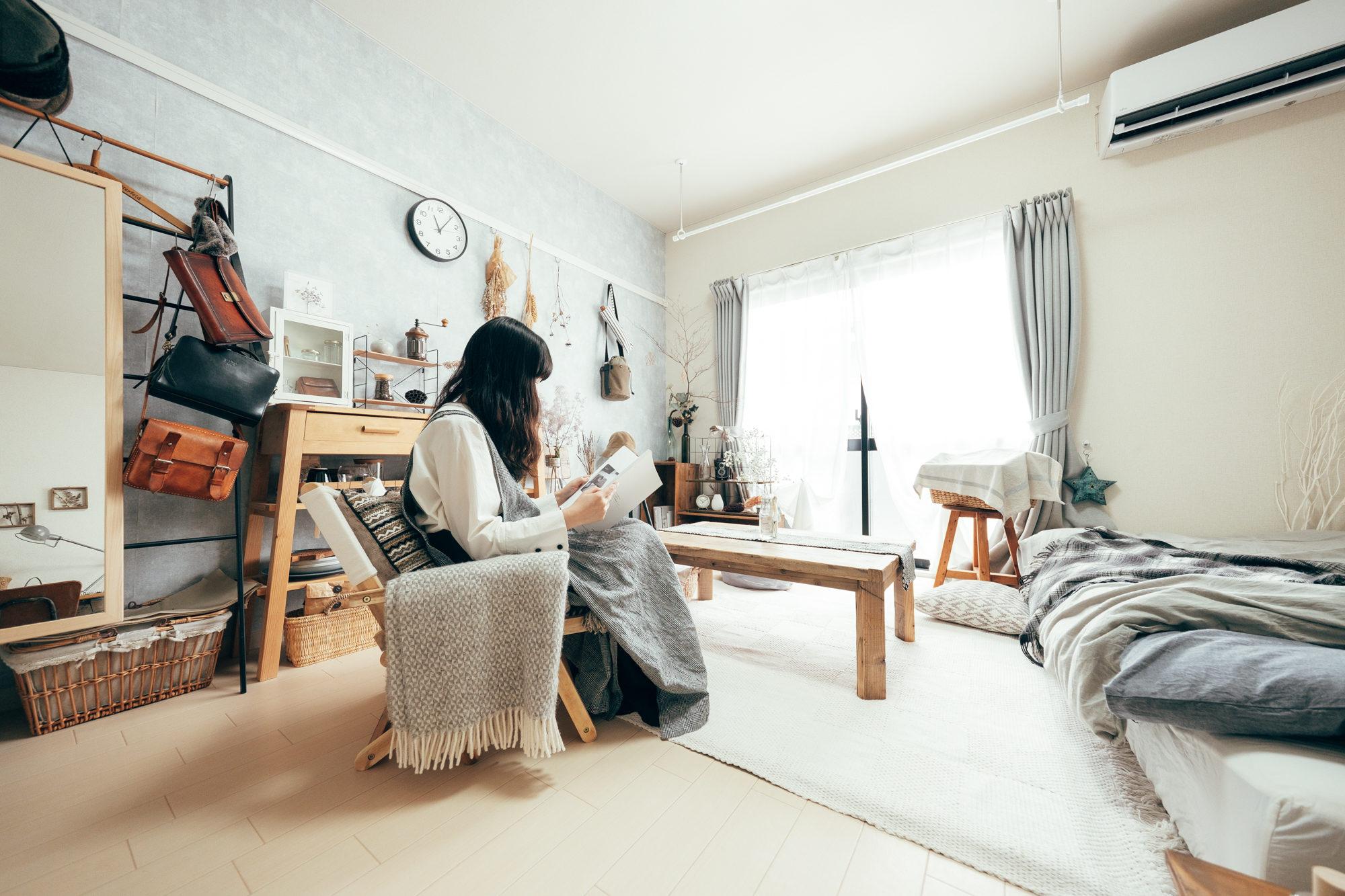 CAPTAIN STAGのアウトドアチェアは室内でも活躍。折り畳みが出来る分、収納が簡単に出来て、お部屋を掃除する時なども楽に避けられそうです。