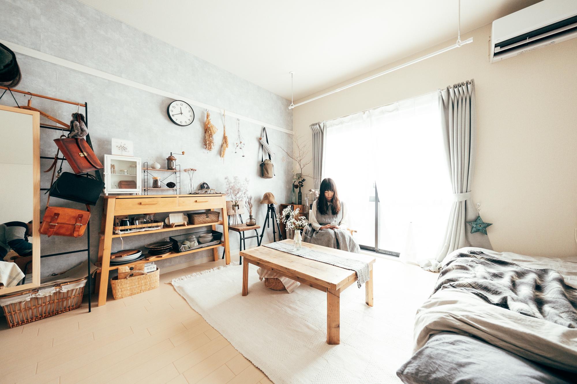 木製のインテリアたちによって、お部屋に温かな印象を受けます。インテリアはご自身がDIYで作られたものとお気に入りの作家さんの作品で構成されているそう。