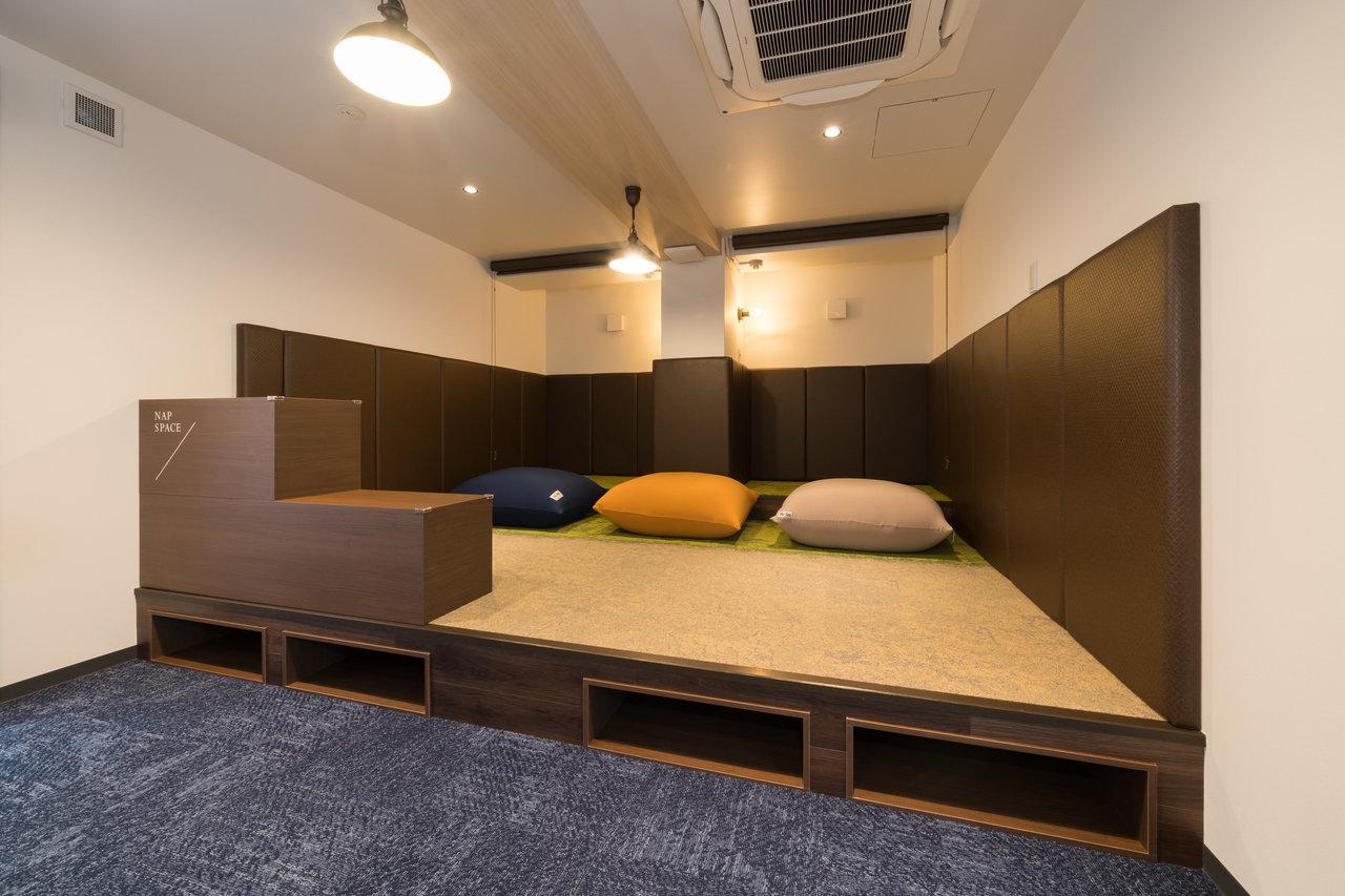 浜松町駅徒歩1分という立地の良さに惹かれて入居してみれば、一階にはパン屋、地下一階には撮影スタジオ、そして共有場所にお昼寝スペースが。