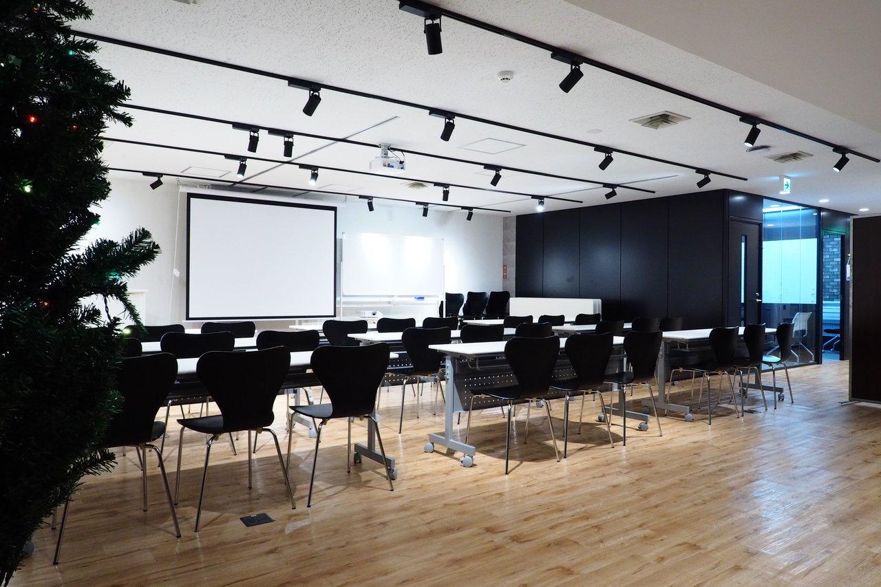 オフィスを借りると、最大100人まで収容可能のセミナースペースが使えます。ここから中継して、ウェブセミナーをやるのもよさそうです。