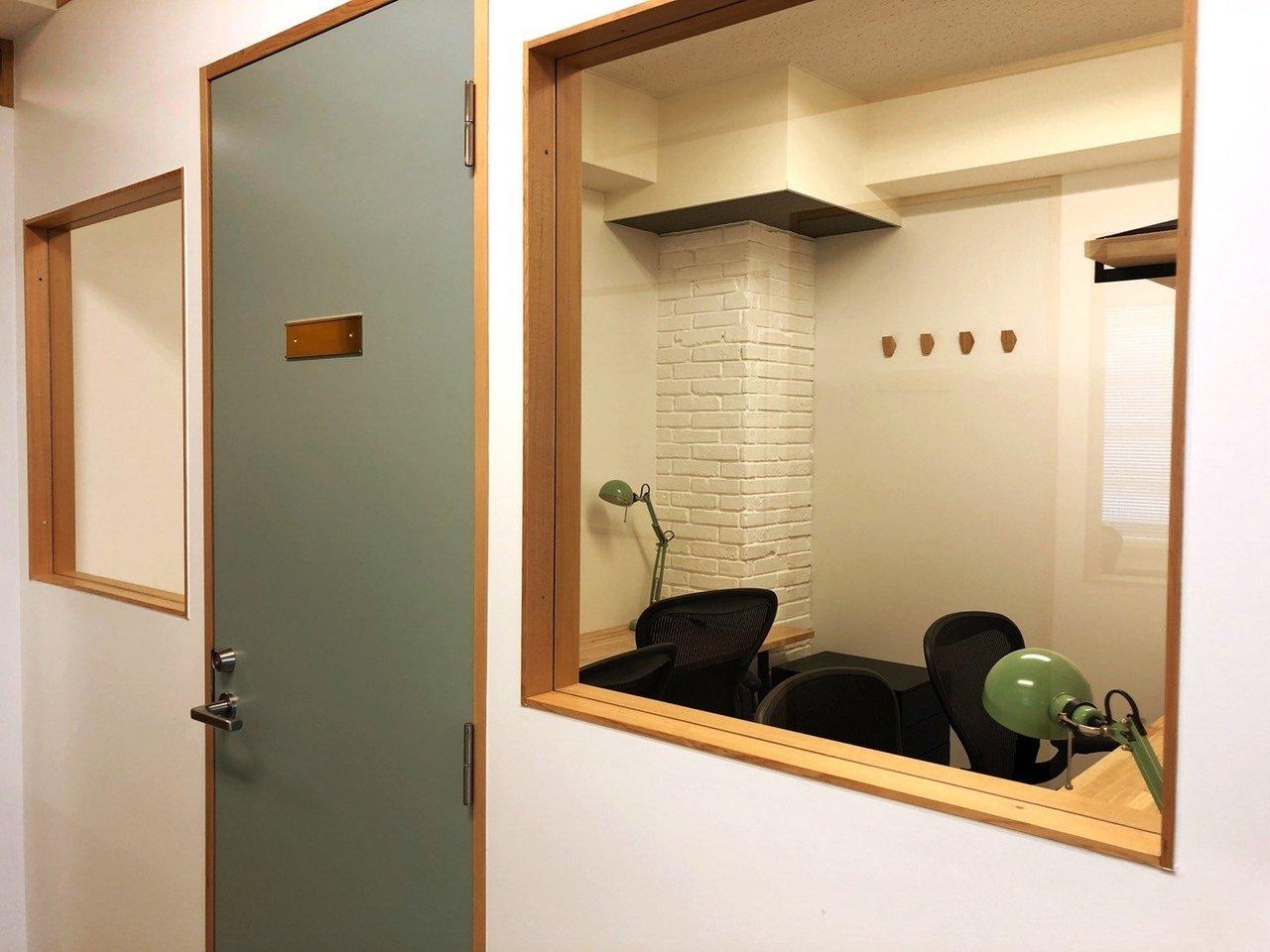個室ブースには大きな窓。ドアをノックされても、すぐに誰か分かります。淡いブルーのドアが、ちょっとだけノスタルジックな印象です。