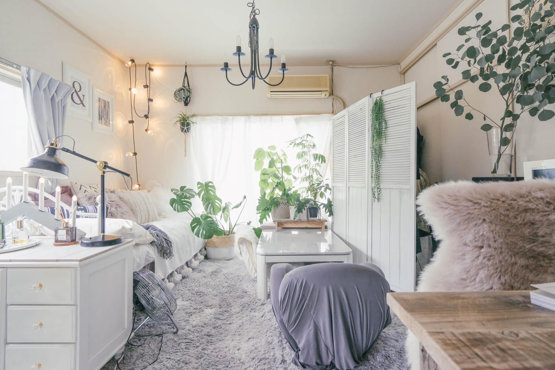 白を基調としたお部屋にナチュラルな雰囲気をちょっとプラスしてくれる、ストローバスケット。