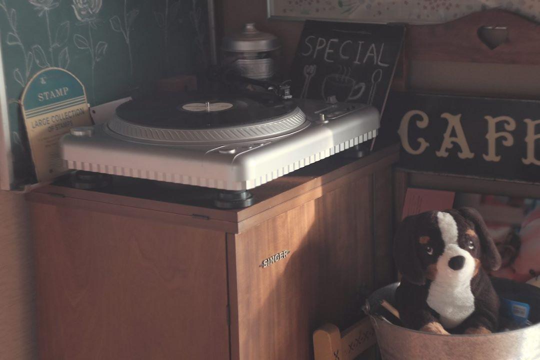 お部屋の片隅には、レコードプレーヤーが。