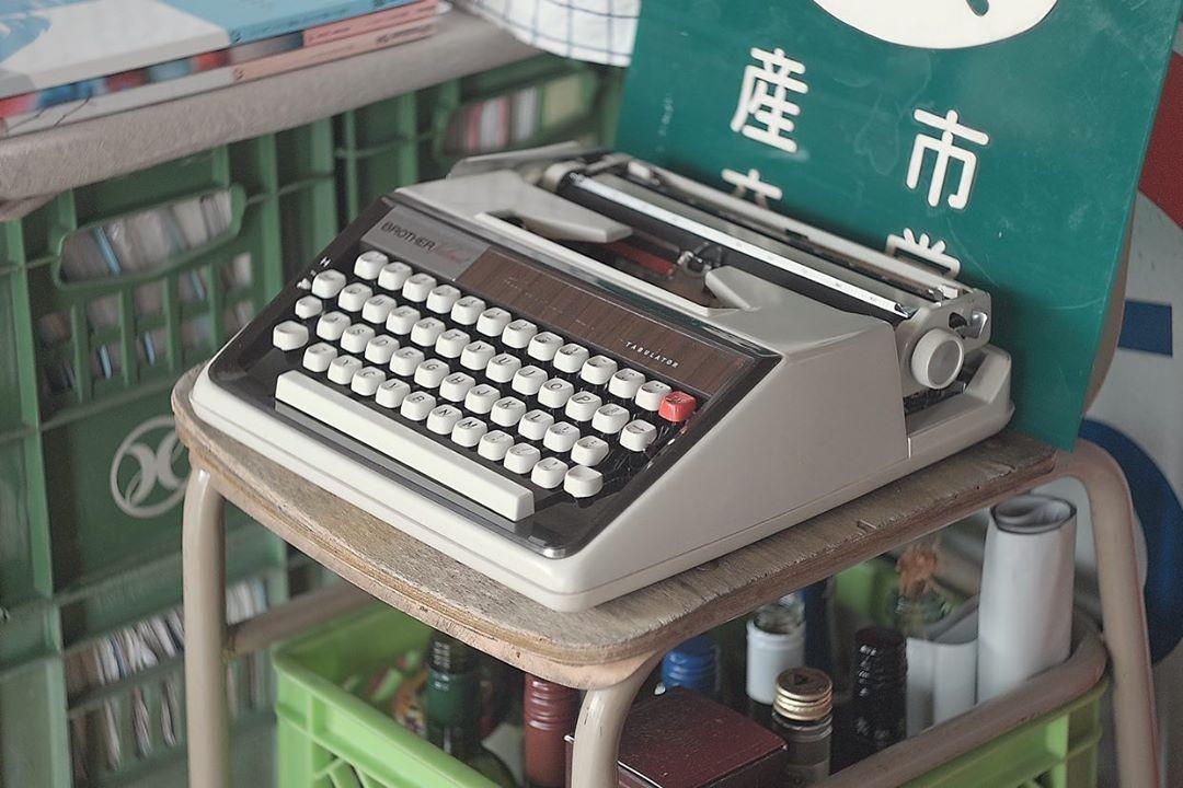 それにしても、みているだけでワクワクしてくる u and i さんのお部屋。「こんなものまで!」と思うようなアイテムもたくさん。こちらは古いタイプライター。