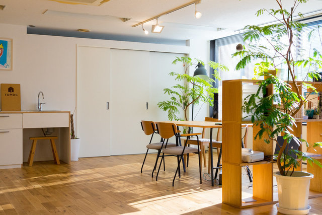 原宿から徒歩8分の所にあるオフィス。自然を感じられるリノベーションオフィスです。(この画像の詳細はこちら)
