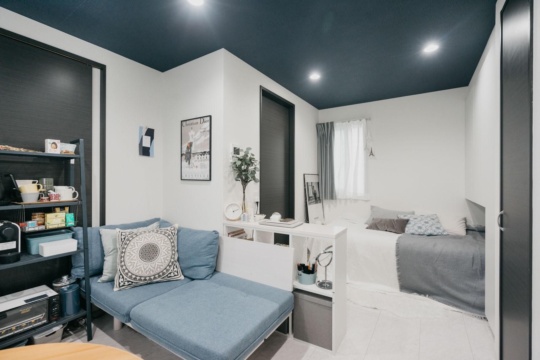例えばこちらのお部屋は、部屋本来のもつフローリングのホワイト、扉のブラックなどモノトーンカラーをベースに、ブルー・グレーなどでアクセントを出しています。