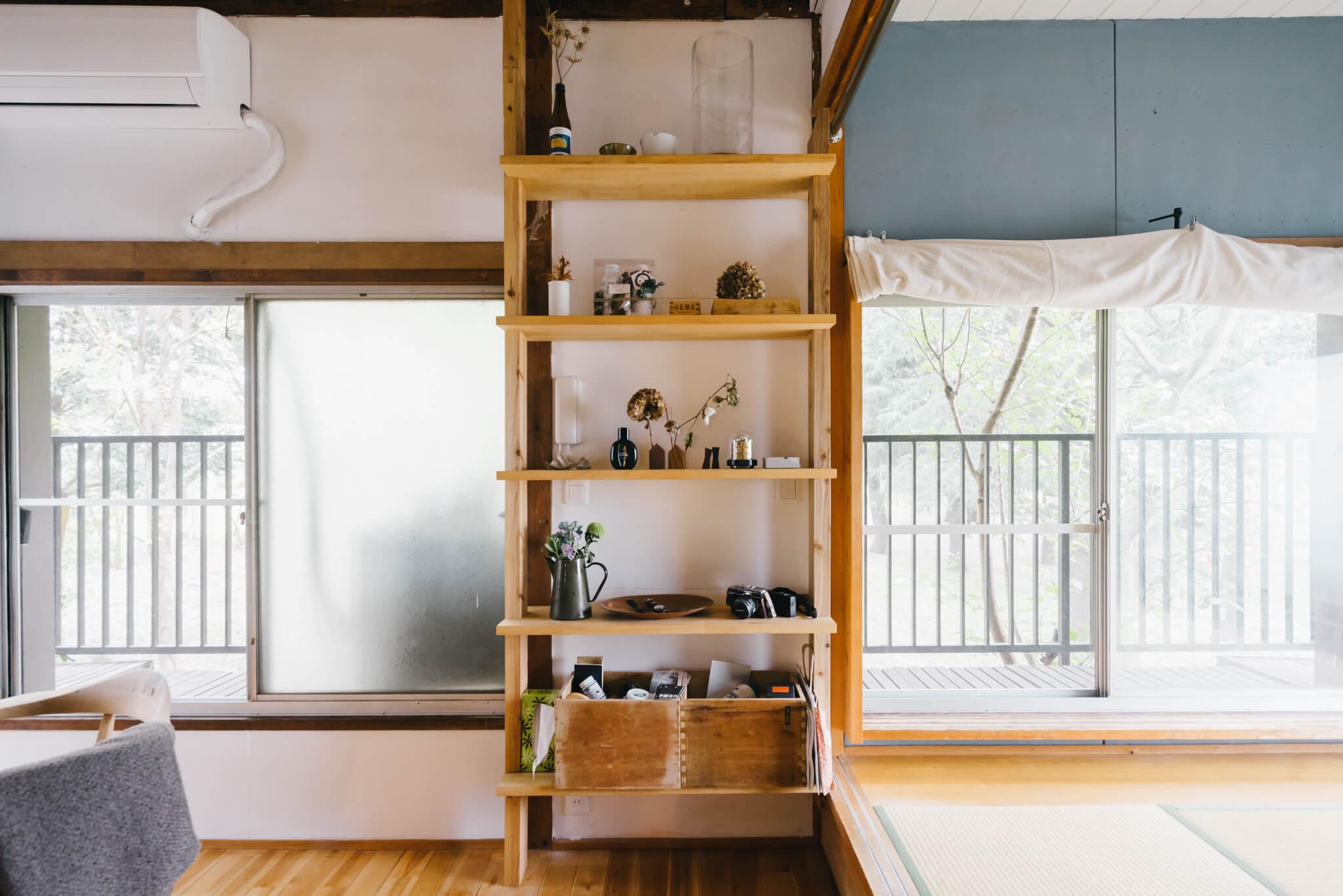 あえて収納をオープンにすることで、すっきりとした室内に見せることも。DIYして造られたという棚には、ドライフラワーや好きな雑貨などを飾るのもいいですね。