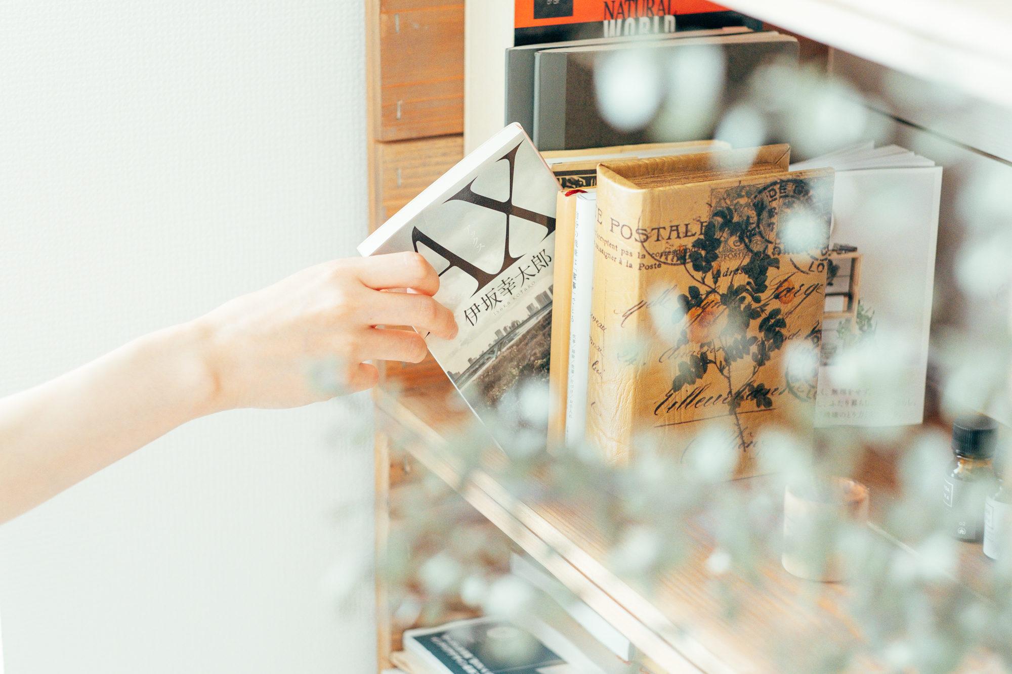 本の背表紙も、色があるものは背面にして収納するほどの徹底ぶり。