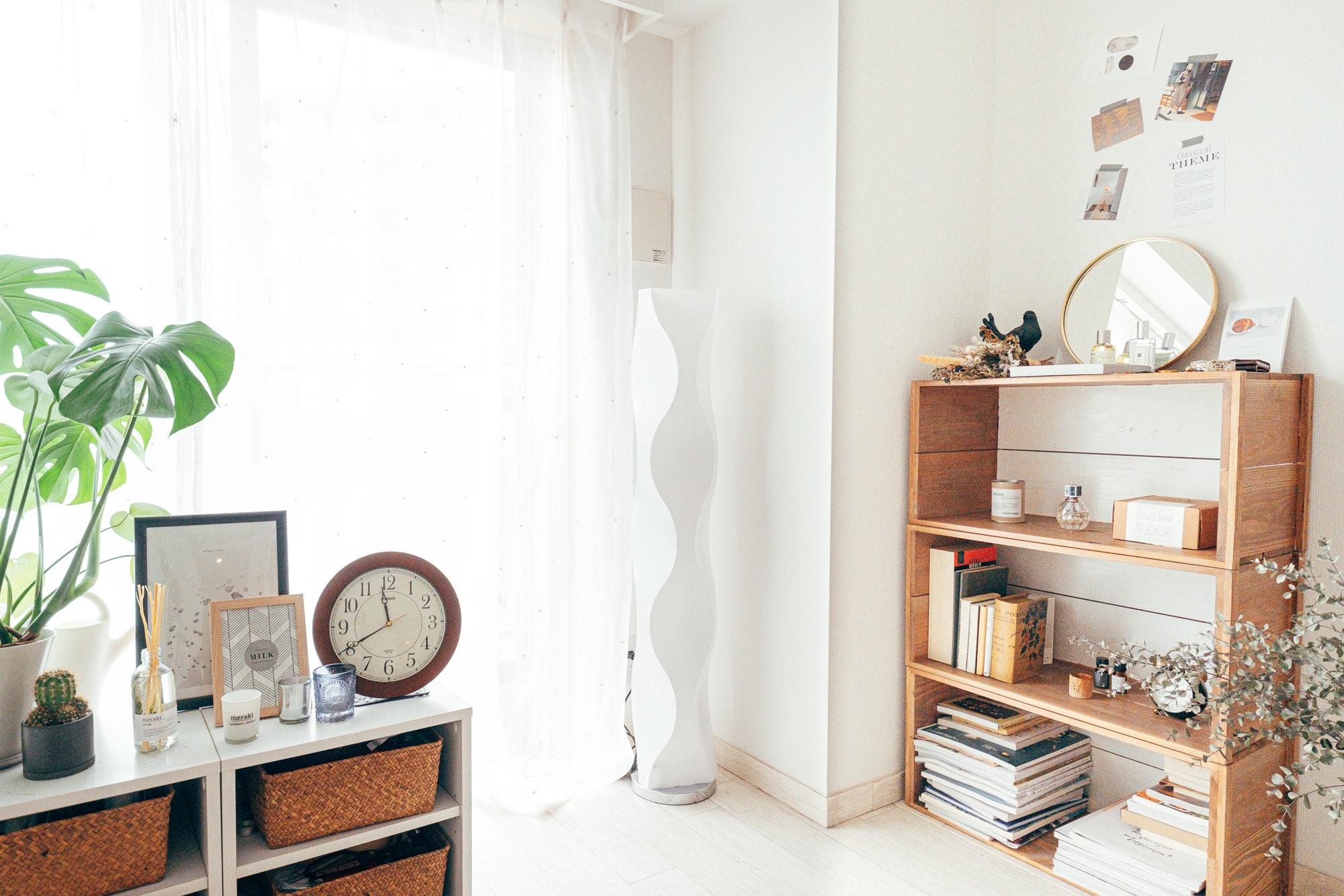 部屋の対角線上に置かれているのは、波打つデザインが特徴的なBeauBelleのフロアライトWELLE(ヴェレ)。落ち着く暖色の明かりと角度によって印象が変わるのが特徴的。