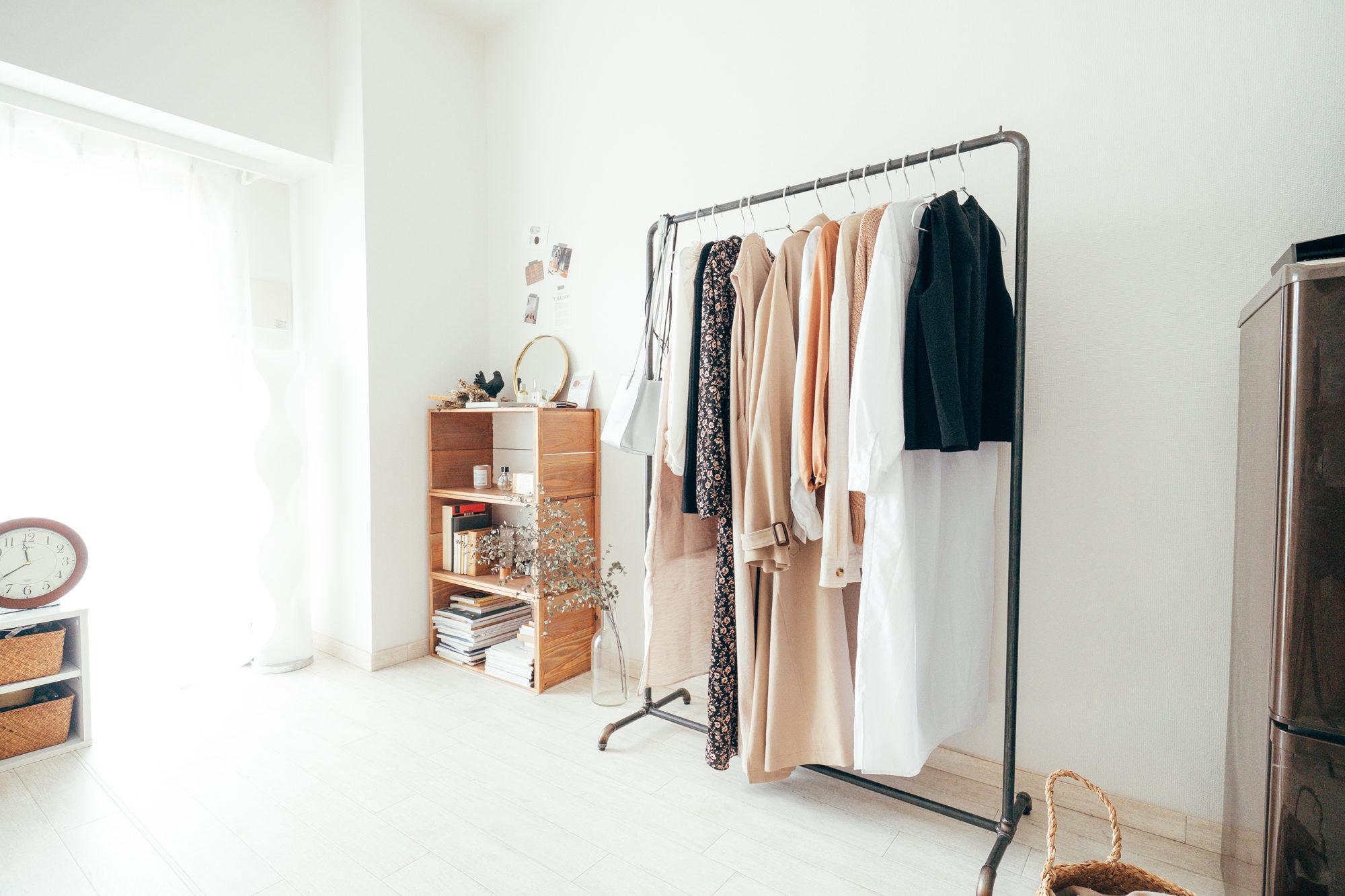 衣類はアイアンの風合いがクールなW standartdのハンガーラックに掛けてディスプレイ。「部屋の中にお店のような空間をいくつも作れたらと考えて、選びました」