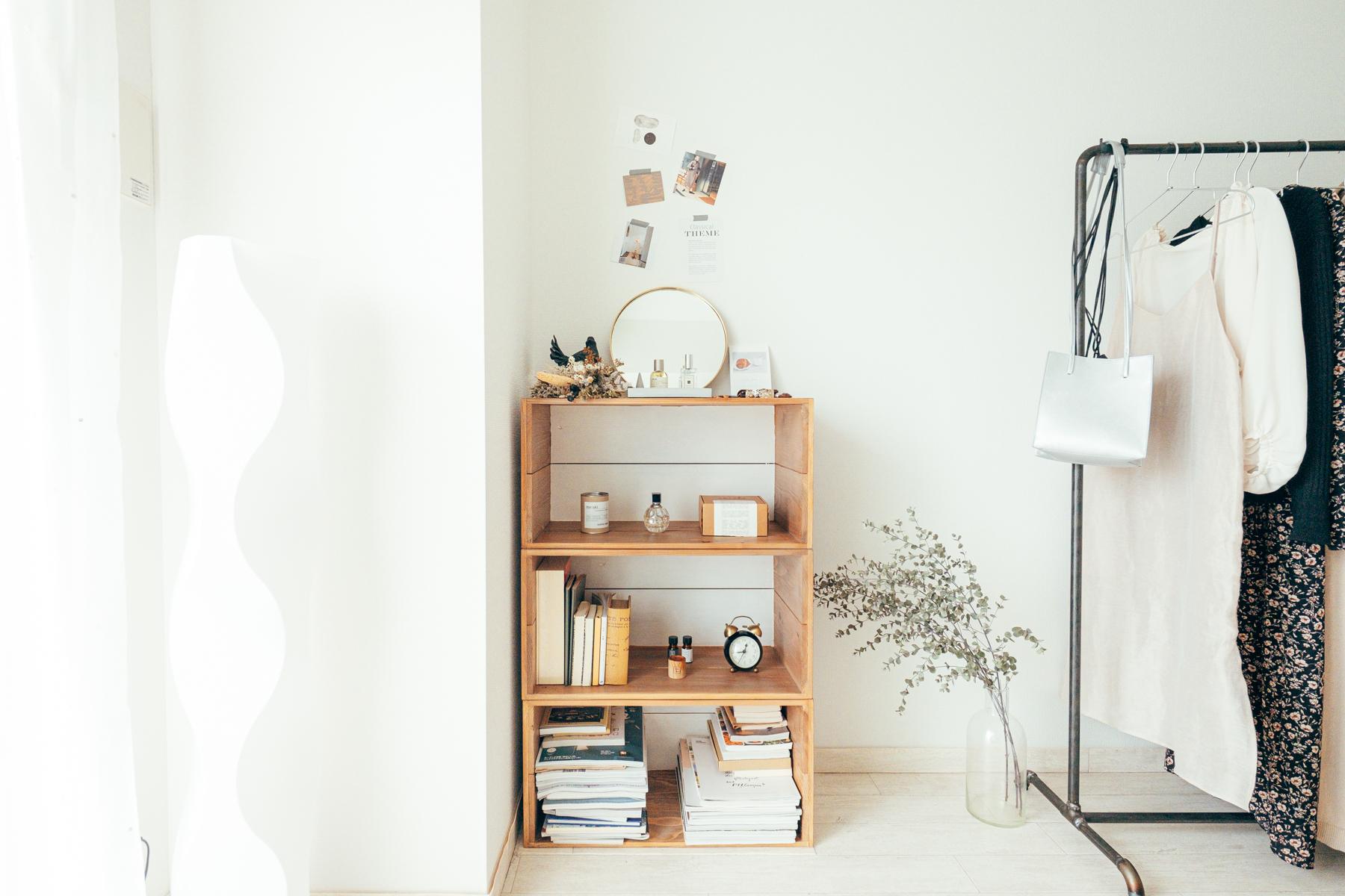 アクセサリーのディスプレイはネットで購入したりんご箱にワックスを塗り、作成。 奥を壁と同じ白で塗ることにより、抜け感が出て、余白が感じられます。
