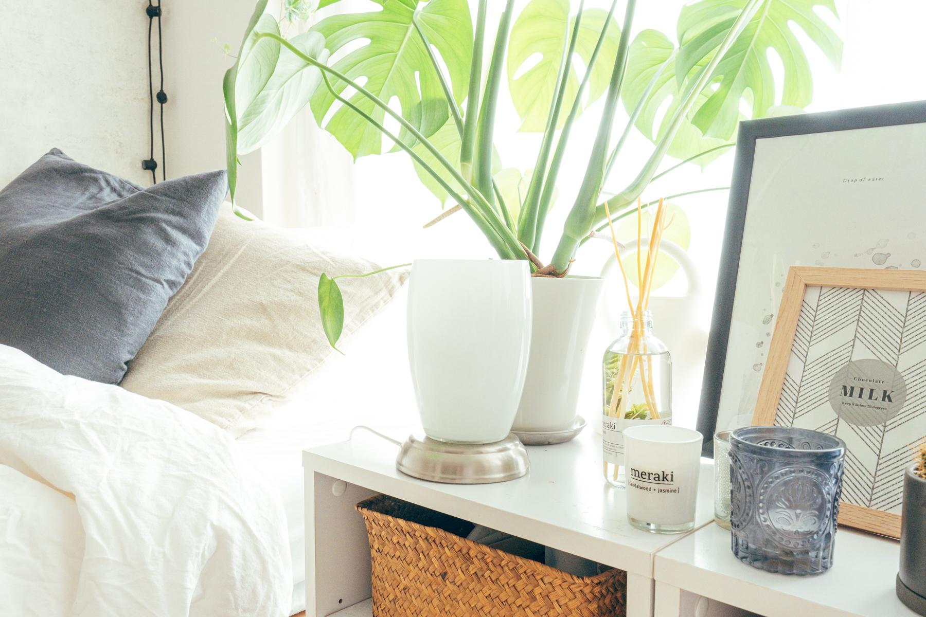 ベッドサイドには、IKEAのランプ。読書が好きだというハナモリさんが、就寝前に本を読み進めるには大切な灯りです。