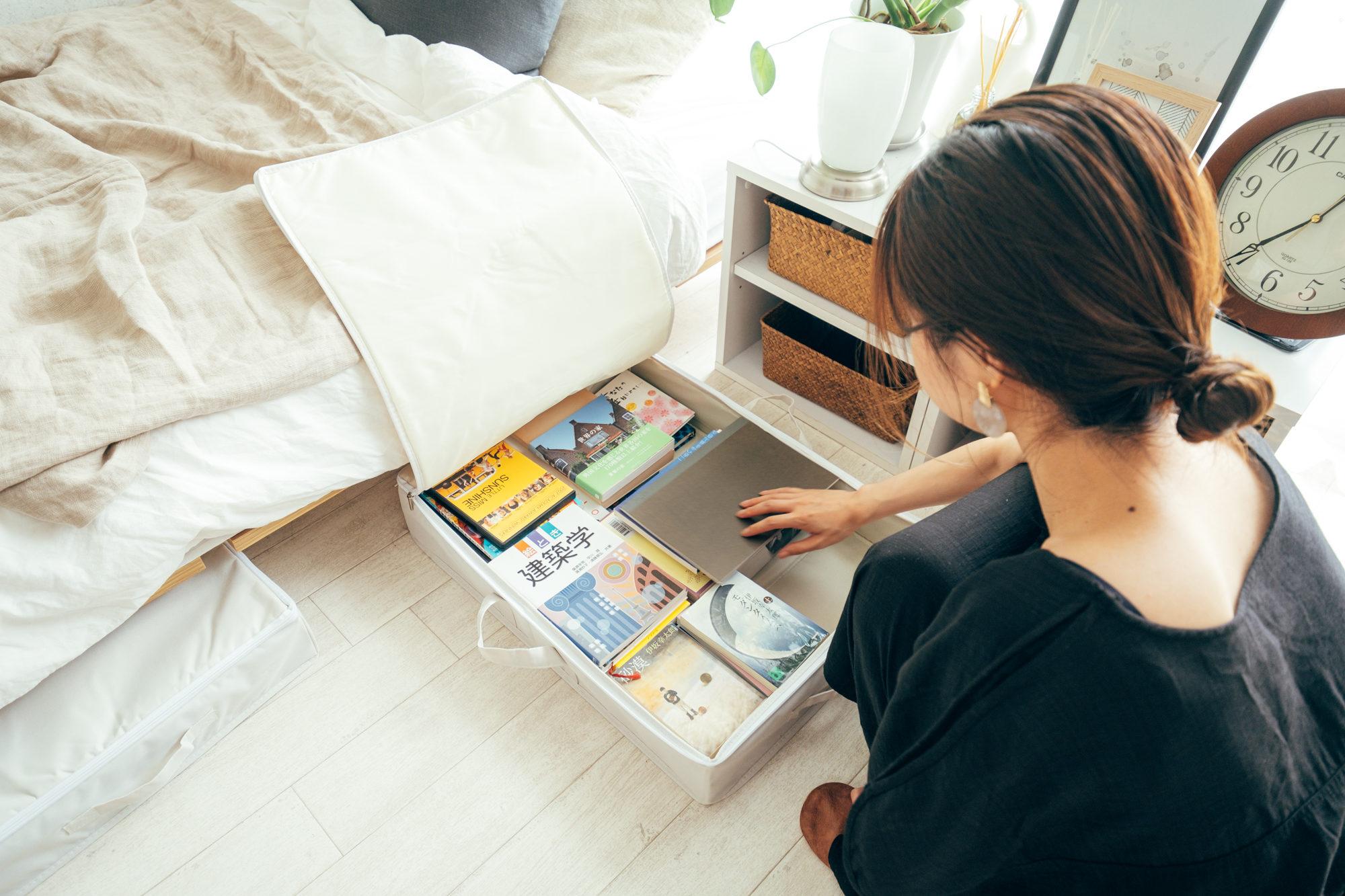 表には出しすぎないよう、ベッド下も収納として有効活用。