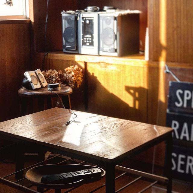 ソファ、オットマン、サイドテーブルは「TRUCK FURNITURE」、木の古いスツールは、昔、お祖父様が使っていたものを受け継いだそう。