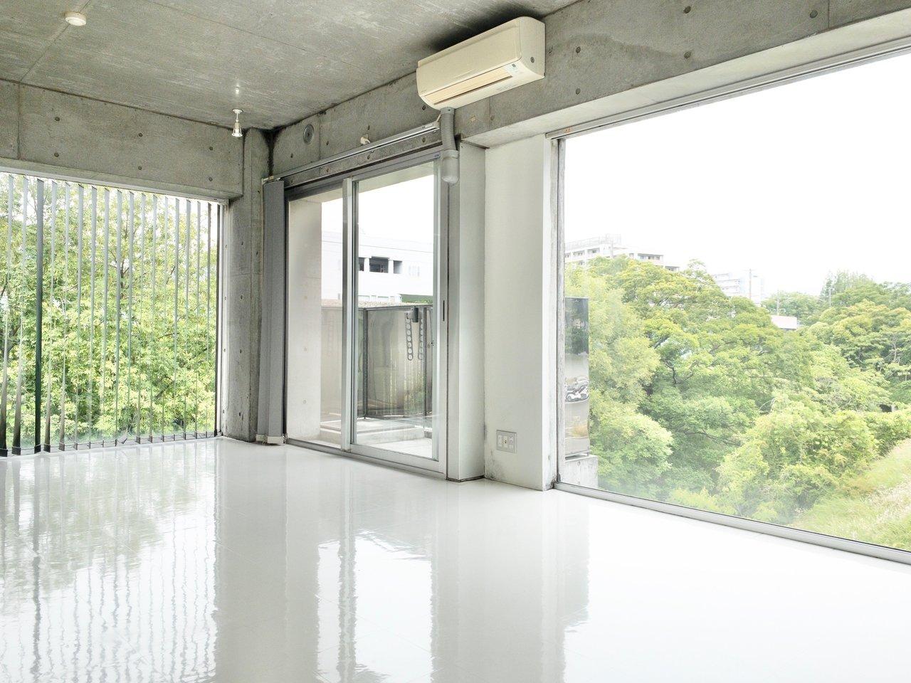 山田駅から徒歩6分。広々としたワンルームのお部屋です。2面採光で壁際ギリギリまでが窓!まるで美術館のなかにいるかのような雰囲気に包まれています。